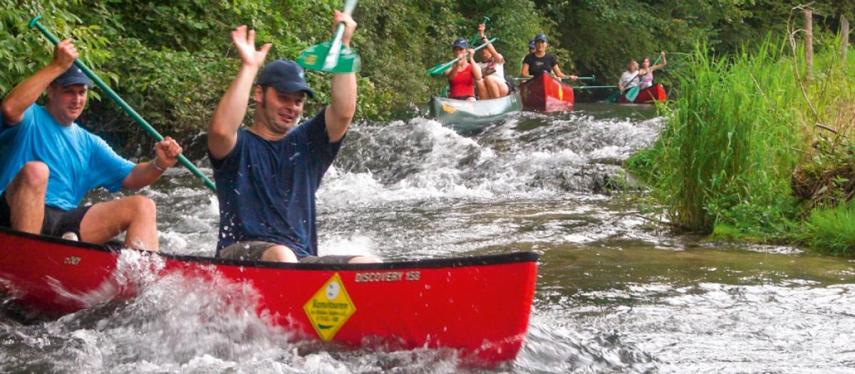 Kanus im Wasser