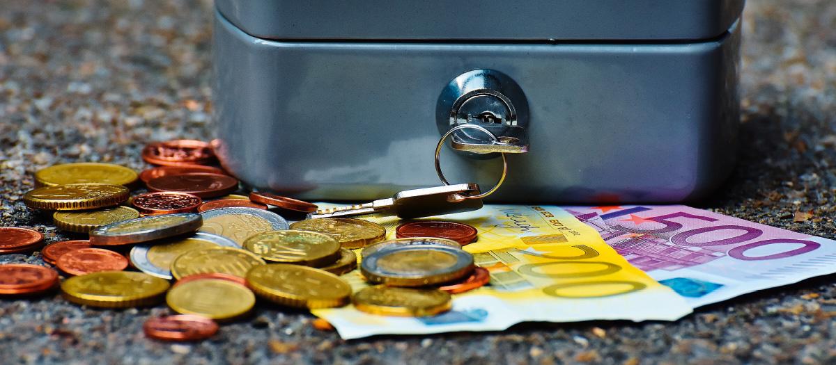 Geld vor einer Geldkassette